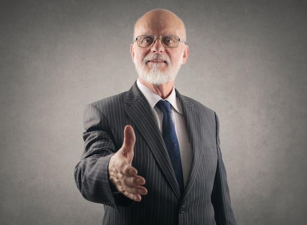 Homem negócios sênior, oferecendo, seu, mão