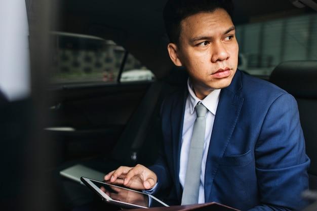 Homem negócios, sentando, carro