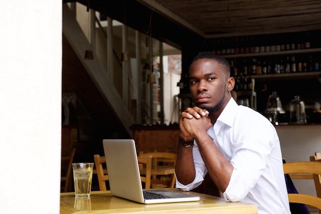 Homem negócios, sentando, em, café, com, laptop