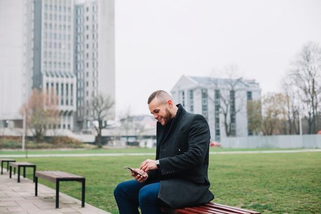 Homem negócios, sentando, ligado, um, banco