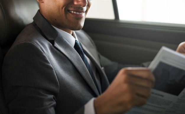 Homem negócios, sente-se jornal, dentro, car
