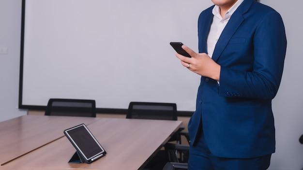 Homem negócios, serching, dados, com, smartphone, entre, reunião, incorporado, sucesso, brainstorming