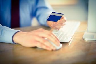 Homem negócios, shopping, online, escrivaninha