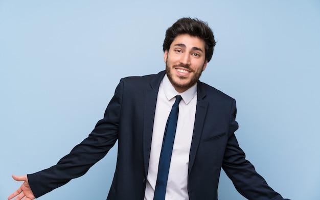 Homem negócios, sobre, isolado, parede azul, sorrindo