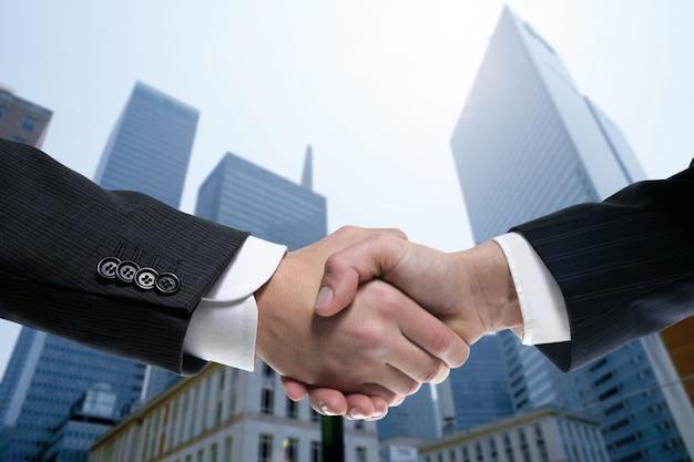 Homem negócios, sócios, apertar mão, com, paleto