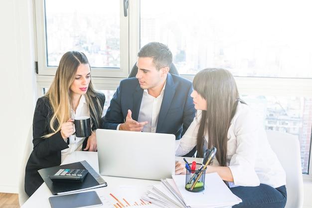 Homem negócios, tendo, discussão, com, executiva, em, a, reunião