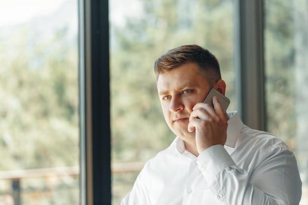 Homem negócios, tendo, telefonema, em, escritório