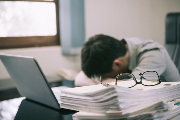 Homem negócios, tendo, tensão, com, computador laptop, trabalhando, escritório, tensão, e, excesso de trabalho