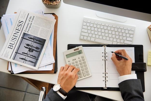 Homem negócios, trabalhando, calcule, escrita, branca, tabela