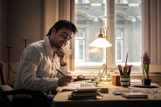 Homem negócios, trabalhando casa
