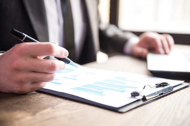 Homem negócios, trabalhando, com, caderno, e, dokument, em, restaurante