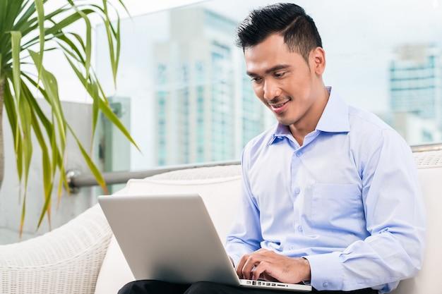 Homem negócios, trabalhando, com, laptop, casa