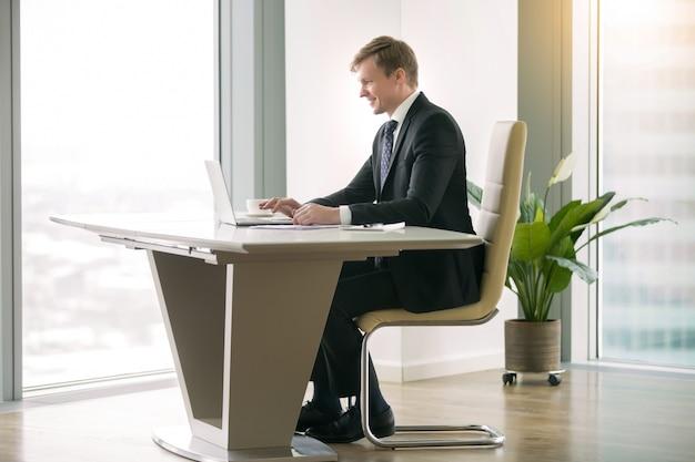 Homem negócios, trabalhando, com, laptop, em, a, moderm, escrivaninha