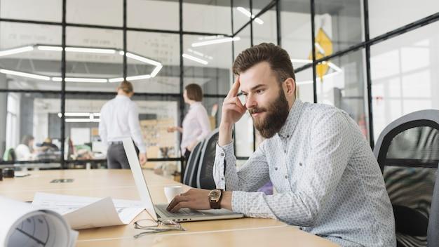 Homem negócios, trabalhando, com, laptop, em, escritório