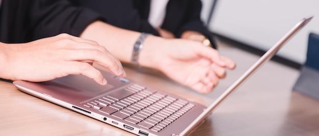 Homem negócios, trabalhando, com, laptop, em, seminário, sala