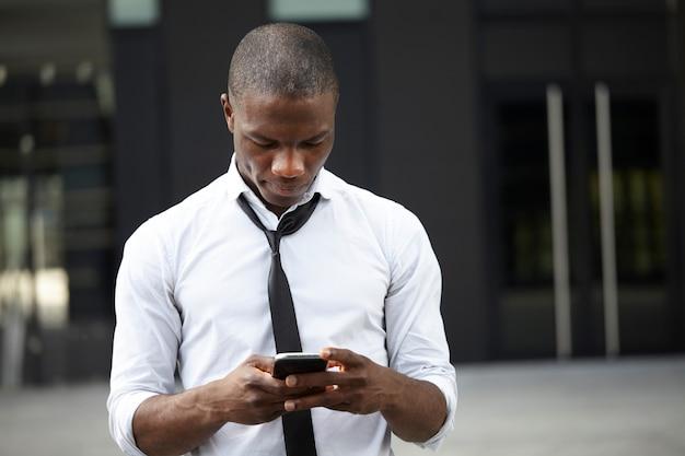 Homem negócios, trabalhando, com, móvel, e, laptop, em, urbano, meio ambiente