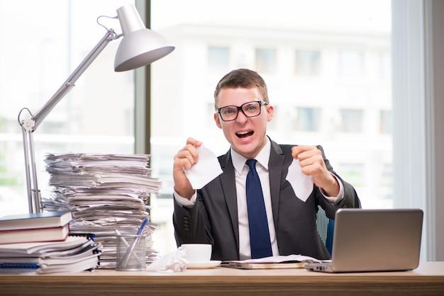 Homem negócios, trabalhando, com, muito, paperwork