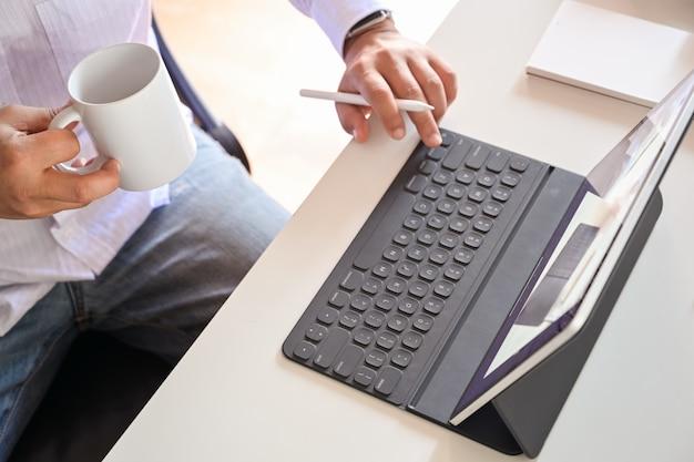 Homem negócios, trabalhando, com, tablete digital, e, esperto, teclado