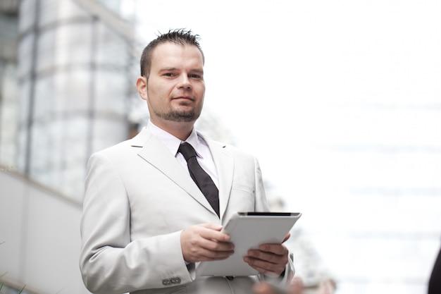 Homem negócios, trabalhando, com, tablete digital, em, urbano, meio ambiente