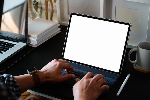 Homem negócios, trabalhando, com, tabuleta, em, escritório