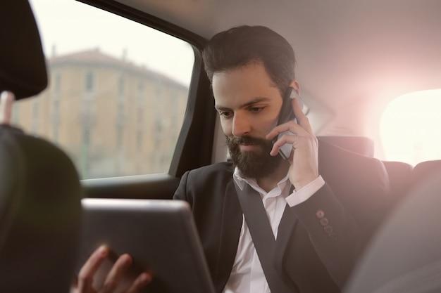 Homem negócios, trabalhando, de, um, car