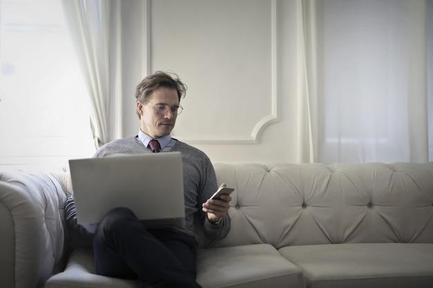 Homem negócios, trabalhando, de, um, sofá