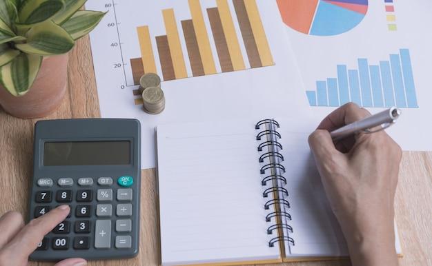 Homem negócios, trabalhando, e, usando, um, calculadora, para, financeiro, e, contabilidade, conceito