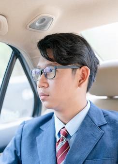 Homem negócios, trabalhando, em, a, backseat, de, um, car