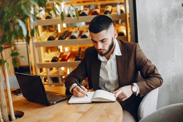 Homem negócios, trabalhando, em, um, café