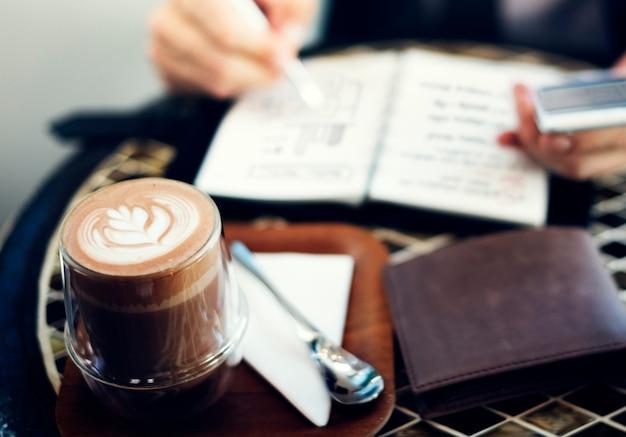 Homem negócios, trabalhando, em, um, loja café