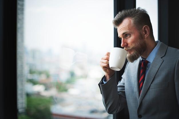 Homem negócios, trabalhando, enquanto, tendo, um, xícara café