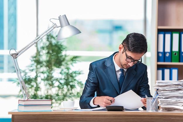 Homem negócios, trabalhando, escritório