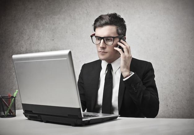 Homem negócios, trabalhando, laptop, falando, telefone