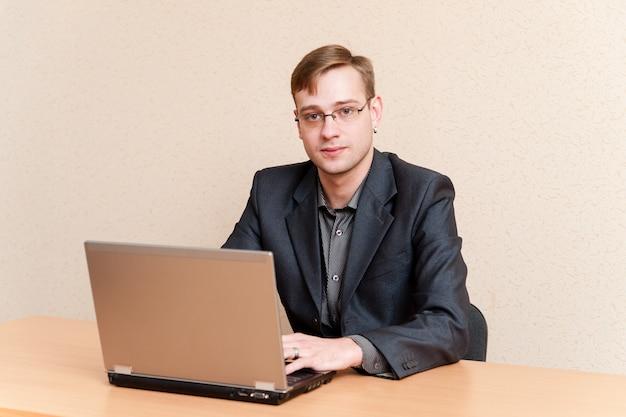 Homem negócios, trabalhando, laptop