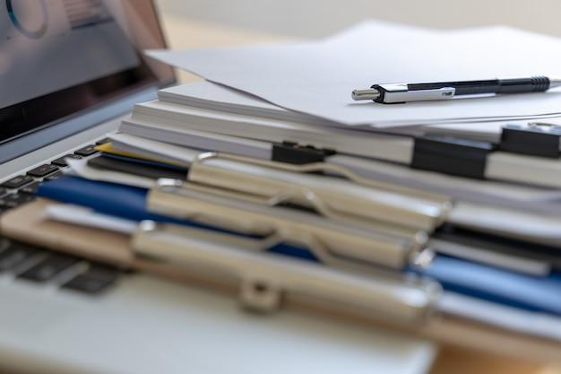 Homem negócios, trabalhando, leitura, documentos, gráfico, financeiro, para, trabalho, sucesso
