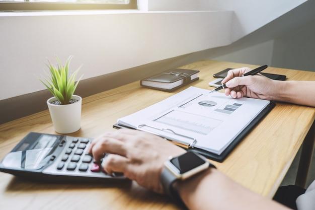 Homem negócios, trabalhando, ligado, um, gráfico, documento, relatório financeiro, e, análise, cálculo, investme