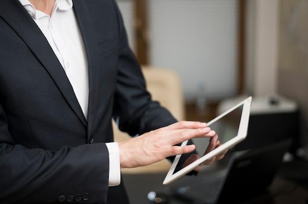 Homem negócios, trabalhando, tablete