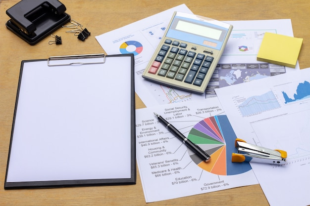 Homem negócios, trabalhando, um, laptop, em, escrivaninha escritório, com, paperwork