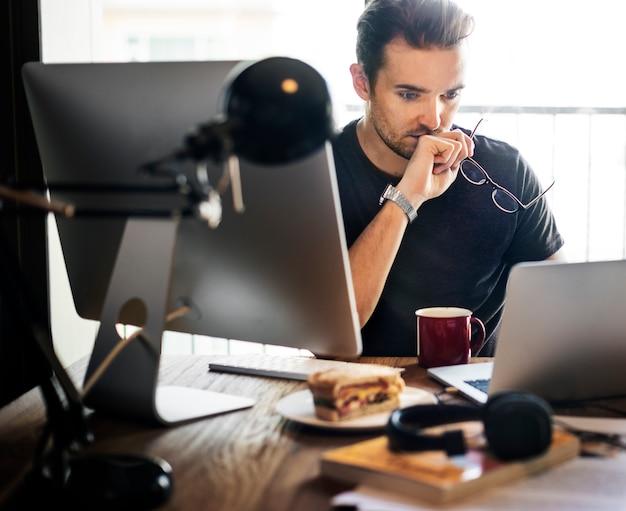 Homem negócios, trabalhando, usando, computador, dispositivos, conceito