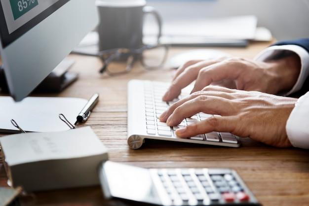 Homem negócios, trabalhando, usando, computador, informação, conceito
