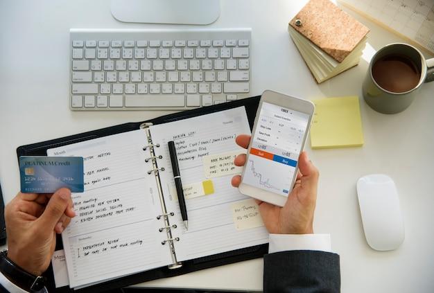 Homem negócios, trabalhando, usando, telefone móvel, branca, tabela