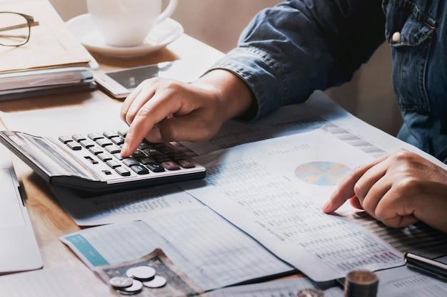 Homem negócios, usando, calculadora, para, calcule, orçamento