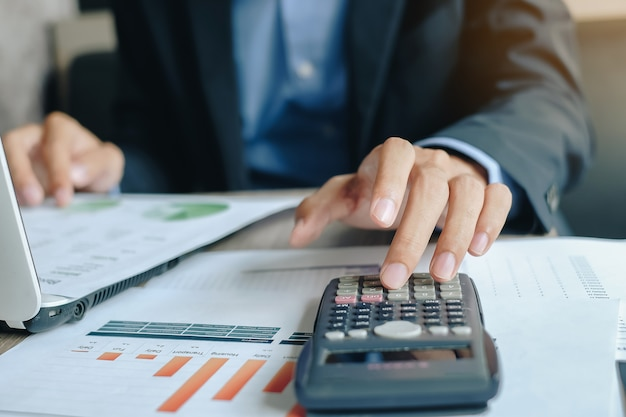 Homem negócios, usando, calcultor, para, análise, maketing, plano
