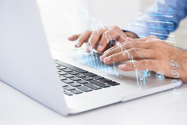 Homem negócios, usando computador, busca, para, dados digitais, de, estoque, para, investimento