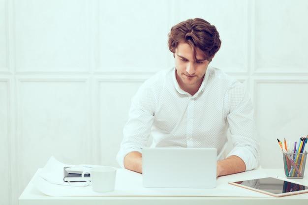 Homem negócios, usando computador portátil, com, tabuleta, e, caneta
