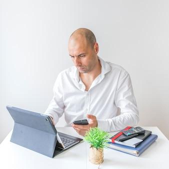 Homem negócios, usando computador portátil, em, escritório