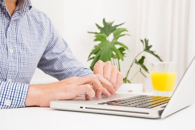 Homem negócios, usando computador portátil, em, hora almoço, tabela