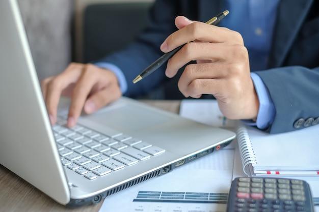Homem negócios, usando computador portátil, para, análise, maketing, plano
