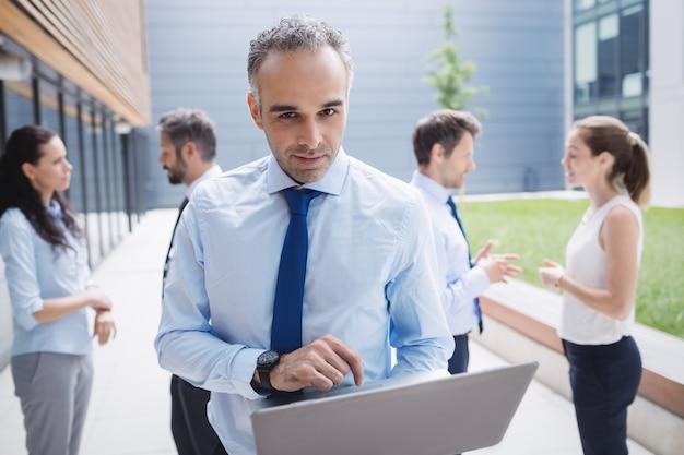 Homem negócios, usando computador portátil