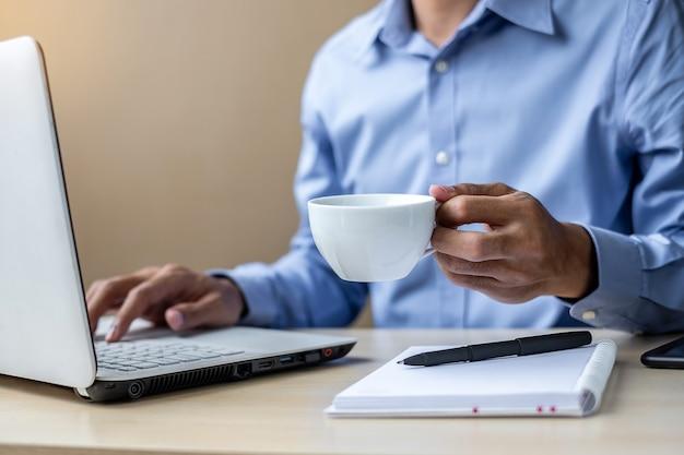 Homem negócios, usando, laptop, análise, marketing, plano, e, café bebendo